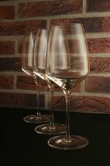 Bicchieri per vino su sfondo di mattoni
