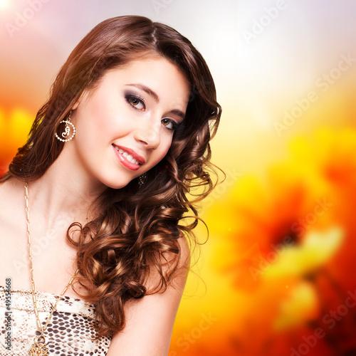 junge brünette Frau vor Frühlingshintergrund