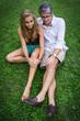 père et fille dans l'herbe