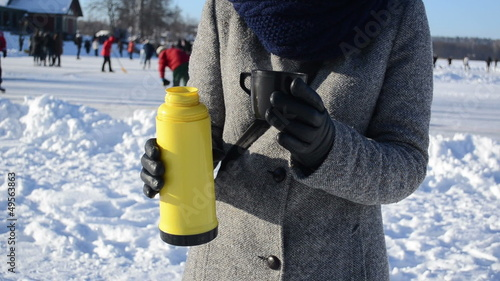 woman glove pour hot tea coffee thermos drink winter sport skate
