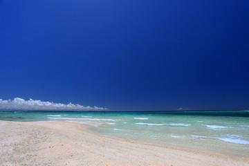 慶良間の美しいビーチと夏空