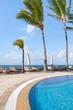 piscine tropicale au bord de la mer