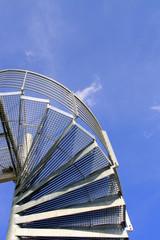 Treppe vor blauem Himmel