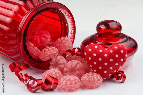 Himbeerbonbons mit Bonbonglas und Stoffherz