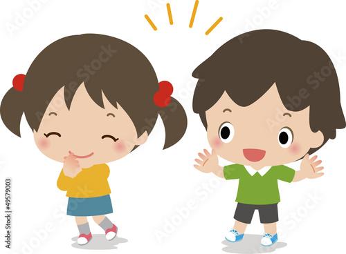 喜ぶ小さな男の子と女の子
