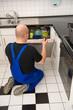 Techniker repariert eine Spülmaschine