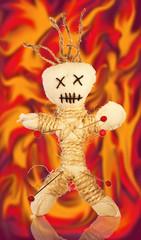 Voodoopuppe im Feuer