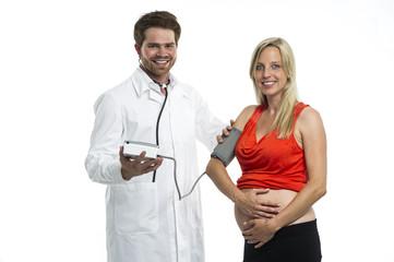 Arzt ermittelt den Blutdruck einer Schwangeren