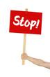 Person hält Schild mit der Aufschrift Stop