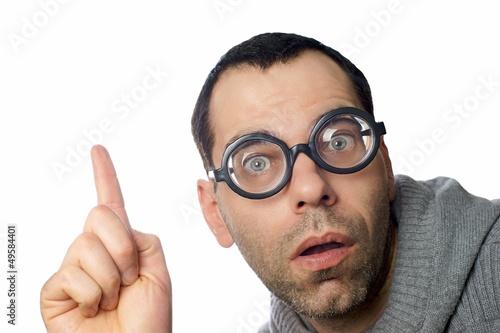 Mann mit Brille zeigt nach oben