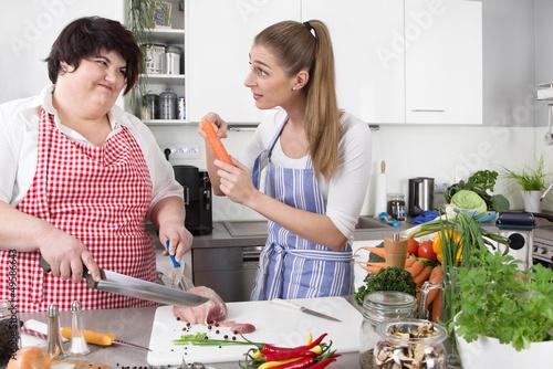 Freundinnen in der Küche - gesunde Ernährung