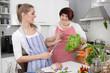Kochabend unter Freundinnen - Frauen kochen gemeinsam