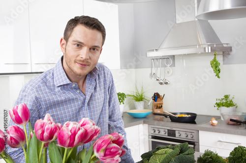 Attraktiver Mann in der Küche - ganz entspannt