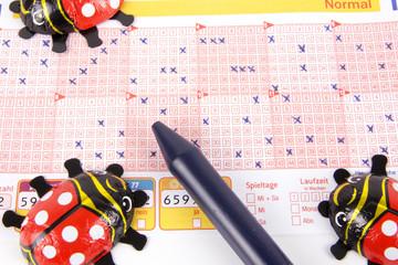 Lottoschein mit Glückskäfer