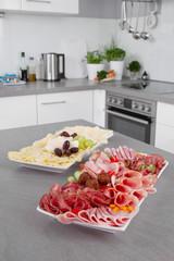 Wurstplatte und Käseplatte für das Buffet