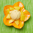 Fruchtiges Mangoeis in Schale