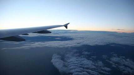 Flug über Wolken + Sonne