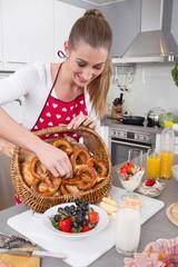 Junge Frau bereitet das Frühstück vor