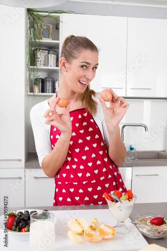 Gesundheit zum Frühstück - Frau mit Obst & Ei