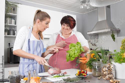 Freundinnen kochen gemeinsam