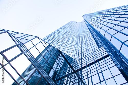 moderne Glasfassade eines Hochhauses - real estate