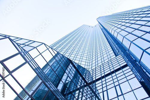 Deurstickers Aan het plafond moderne Glasfassade eines Hochhauses - real estate