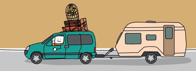 Couple partant en vacances en voiture avec une caravane