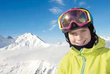 Junger Skifahrer vor Bergpanorama