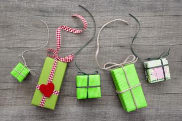 Liebevoll verpackte Geschenke in Grün mit Herz zum Geburtstag