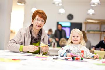 Oma und Enkelkind malen