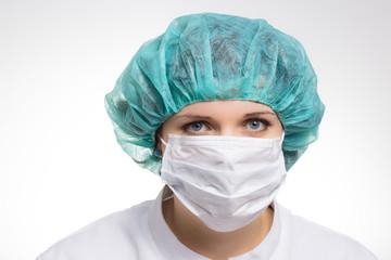 Junge Ärztin mit Mundschutz