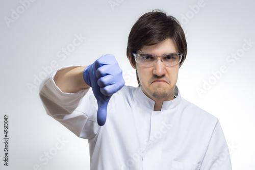 Zorniger Wissenschaftler hält Daumen nach unten