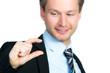 businessmann erklärt mit den fingern größenverhältnis