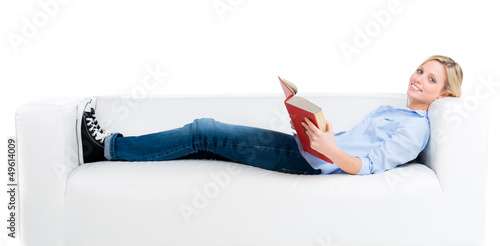 blonde frau liest entspannt ein buch
