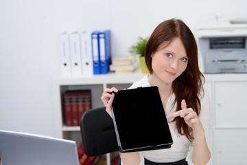 geschäftsfrau zeigt auf touchbook