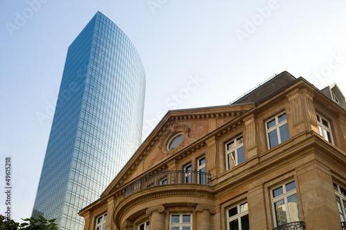canvas print picture Altbau und modernes Hochhaus in Frankfurt