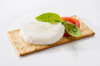 Tartina con mozzarella, basilico e pomodoro