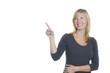 Frau zeigt lachend mit dem Zeigefinger nach oben