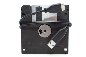 Kabel USB owinięty na starej dyskietce