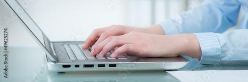 frau schreibt auf dem laptop
