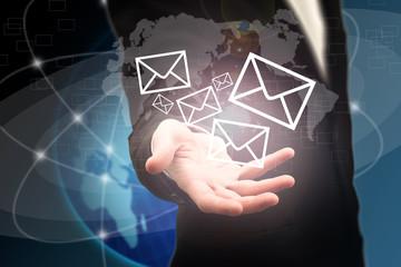 Mail venant de la main d'un businessman - Concept technologique