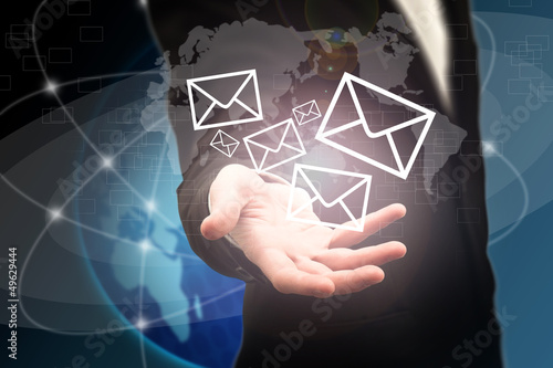 Mail venant de la main d'un businessman - Concept technologique
