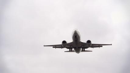 Flugzeug im Landeanflug - zeitlupe