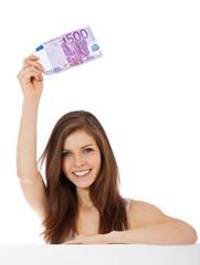 Attraktives Mädchen hält 500 Euro