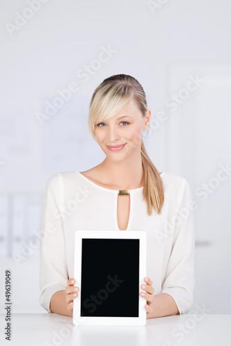 lächelnde blonde frau zeigt tablet-monitor