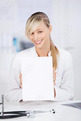 lächelnde ärztin zeigt information