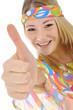 """Junge Frau im Hippie-Kostüm """"Daumen rauf"""""""