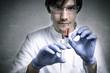 Zurechnungsfähiger Wissenschaftler hält Spritze!