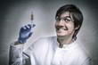 Verrückter Wissenschaftler hält Spritze mit roter Flüssigkeit!