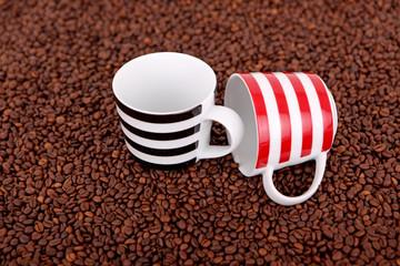 Kaffeebohnen mit Tassen 05